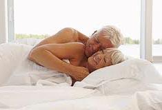 yaşlılarda cinsel birleşme yaşlılıkta cinsel hayat menopozdan sonra seks yapmak adet kesilmesinden sonra ilişkiye girme